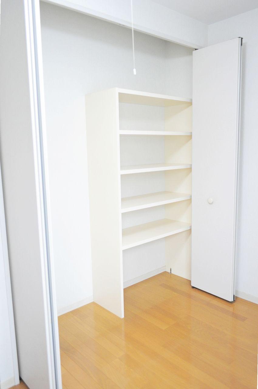 折戸を開けると棚が現れます。洋服を畳んでおいたり、本を並べたり、使い方は様々。