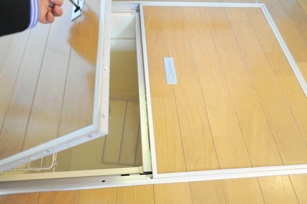 使用頻度の少ない調理器具や非常食などを保管できる床下収納。あまり重いものは入れないのがおすすめ。