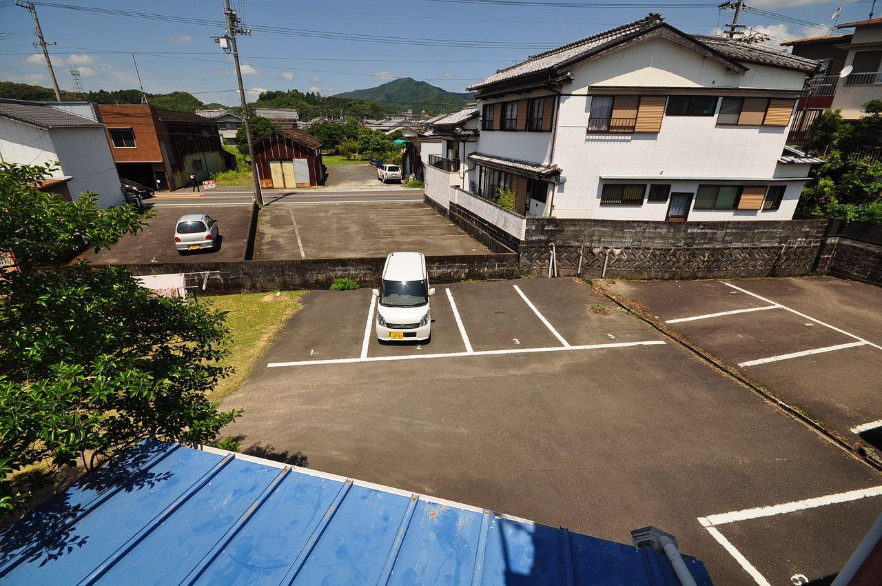 駐車場は2台分サービスとなっております♪お家賃も安く、良心的な価格設定!