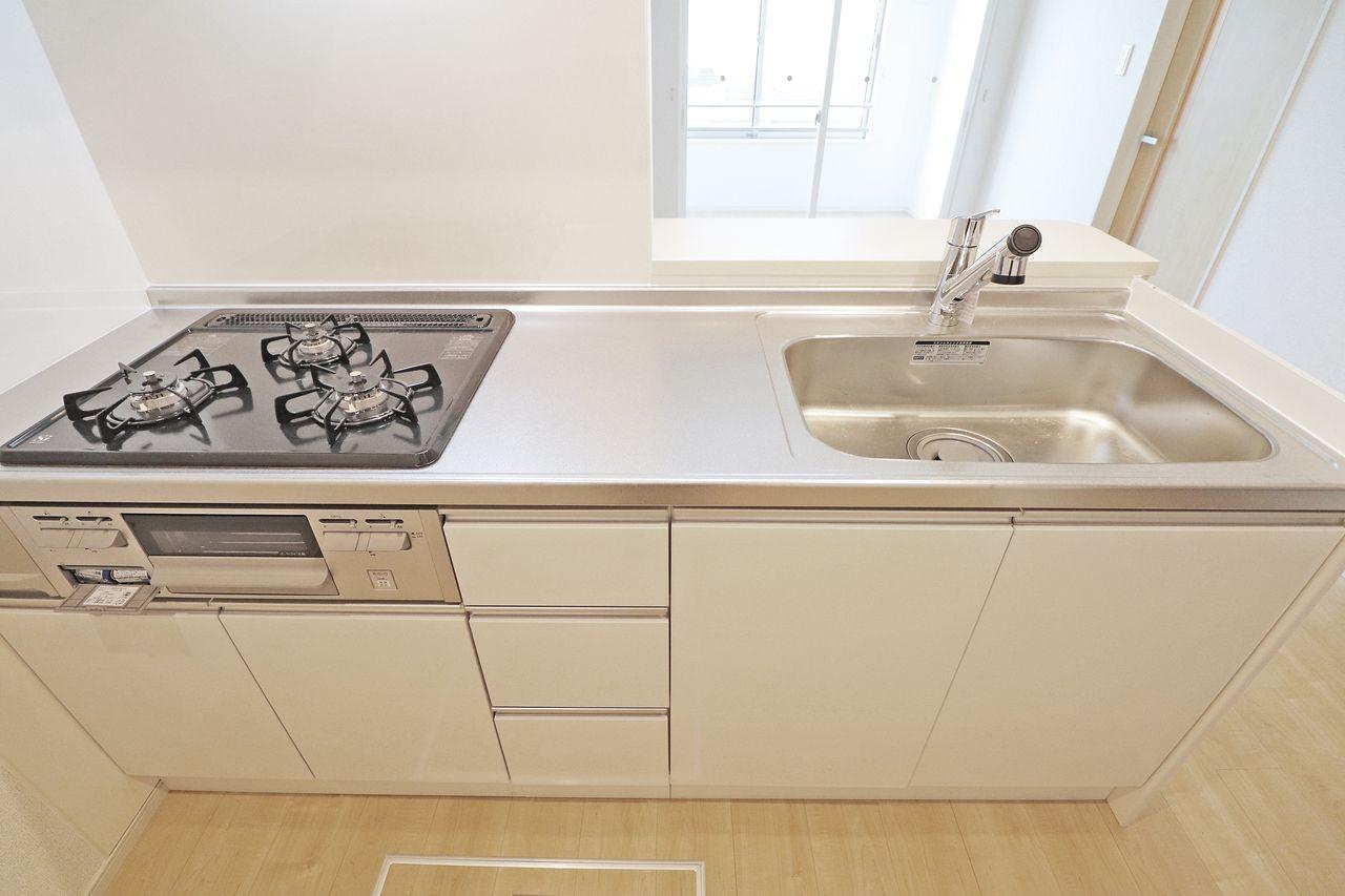 3口のガスコンロ+魚焼きグリルが付いています。ガスコンロとキッチンに隙間がないので、掃除も容易です。