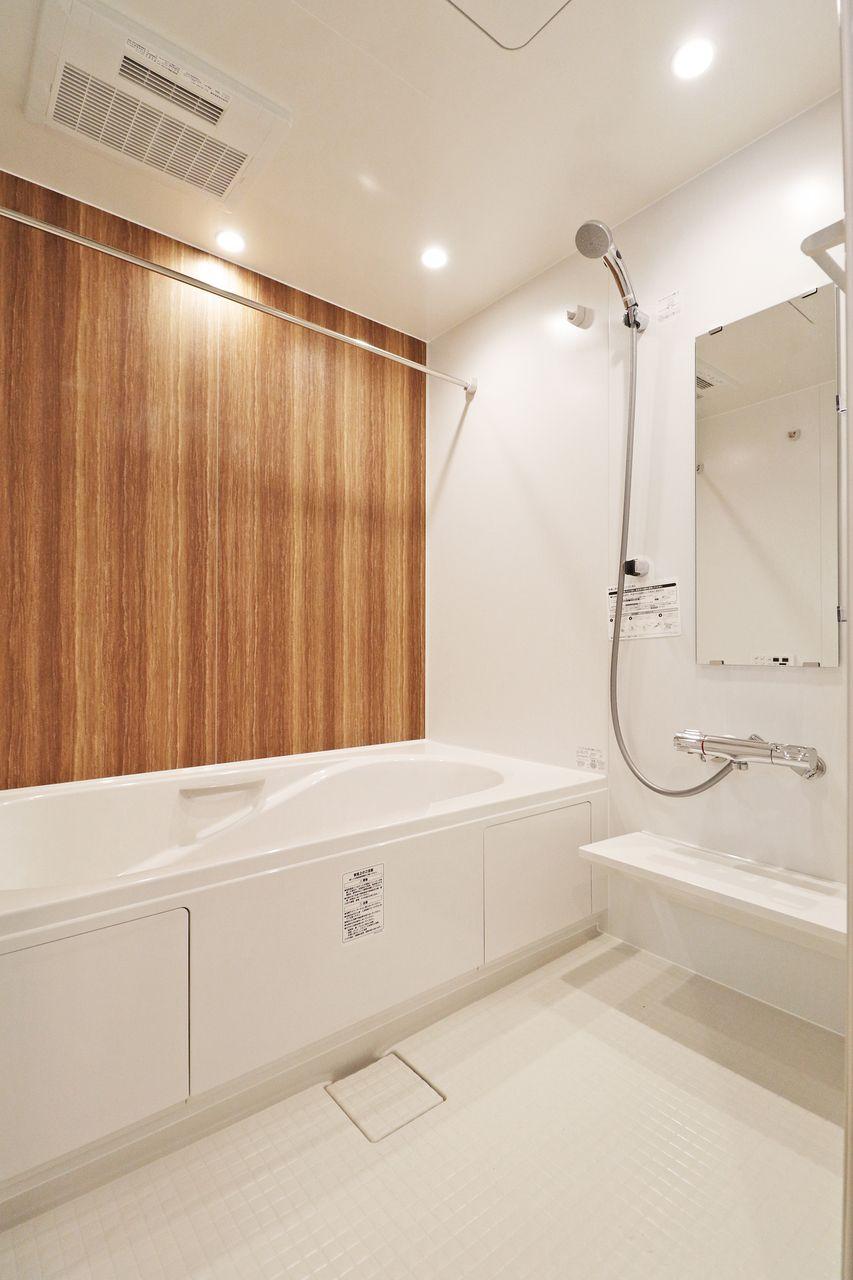 広い一坪風呂に足をググっと伸ばしてゆったり入浴できます。サーモスタットバス水栓です。
