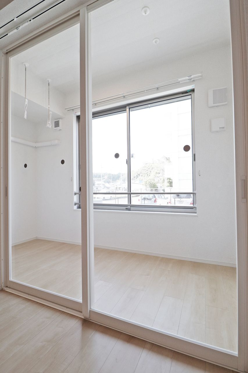 1階のお部屋でお洗濯物を干しても安心のサンルーム付きです♪