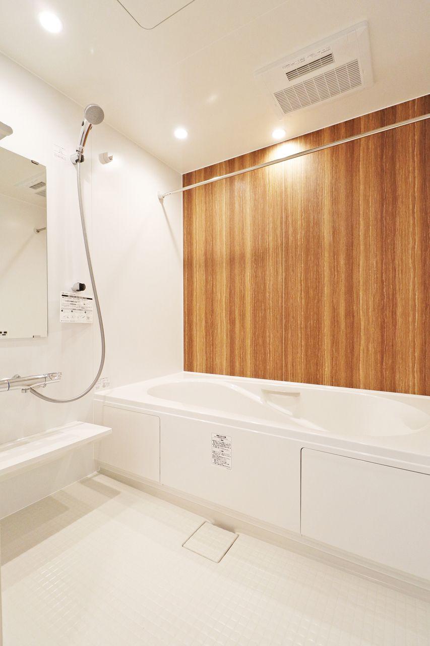 広い一坪風呂に足をググっと伸ばしてゆったり入浴できます。サーモスタットバス水栓も浴室乾燥機もついていますよ♪