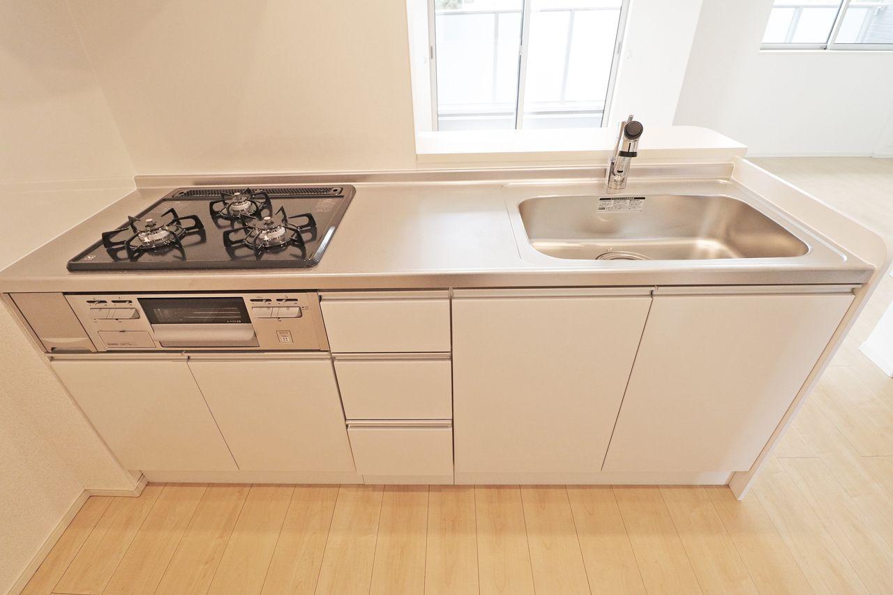 3口ガスコンロ+グリル付きのカウンターシステムキッチンです。調理スペースもしっかりと広さがあり、使いやすい仕様になっています。
