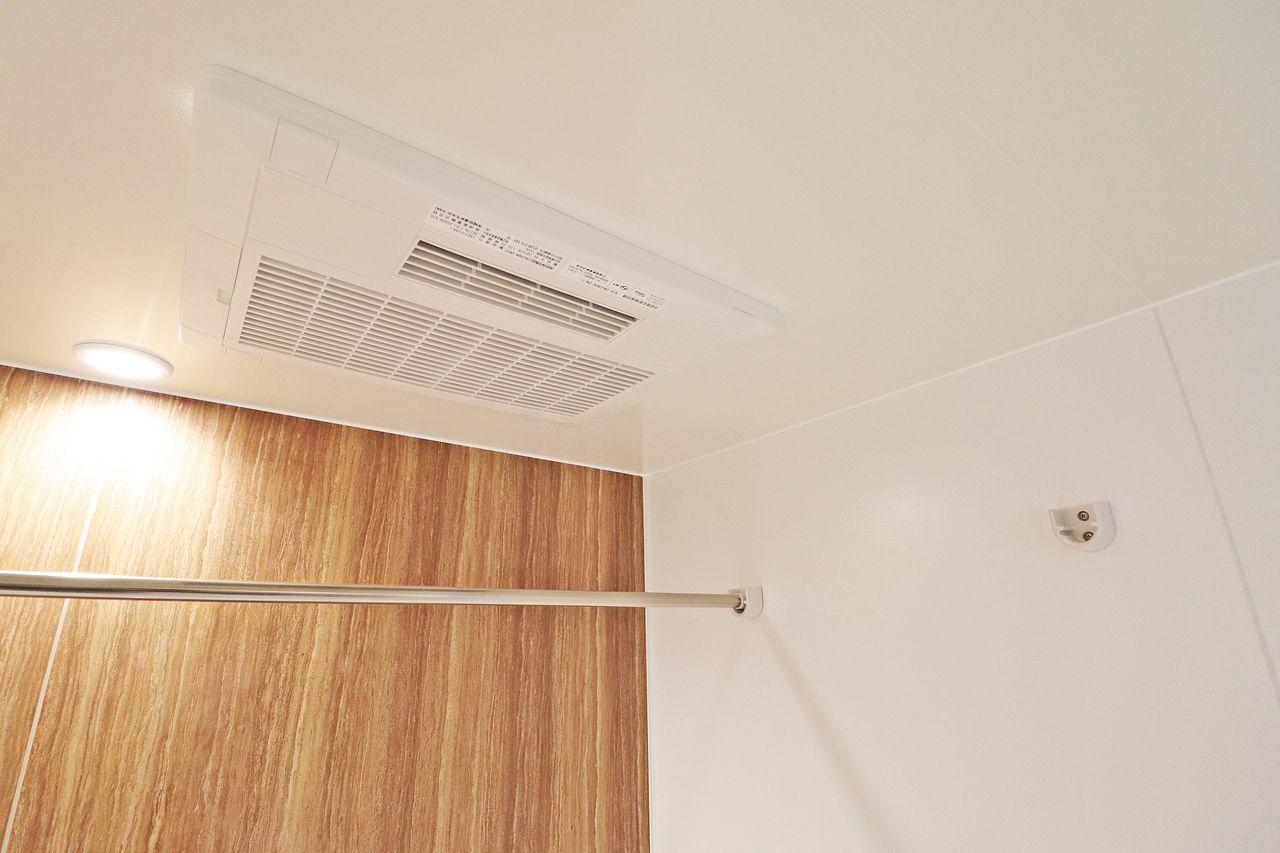 浴室にはなんと、浴室乾燥機もついています♪梅雨や花粉時期のお洗濯にも困りません。 入浴後は乾燥モードを使ってカビ対策をしましょう!
