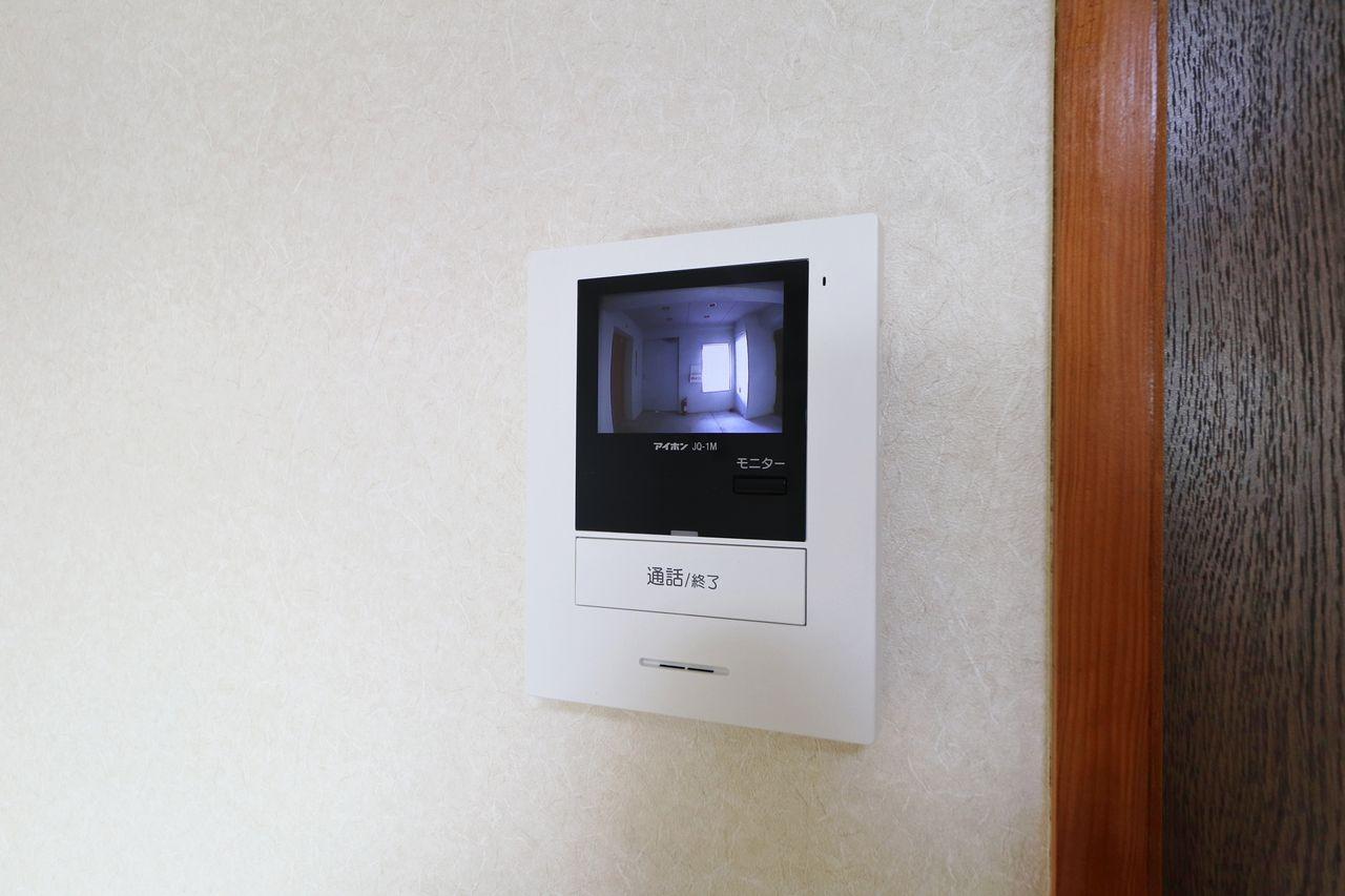 新たに設置するカラーモニターホン。ドアを開ける前に確認をよろしくお願いします。