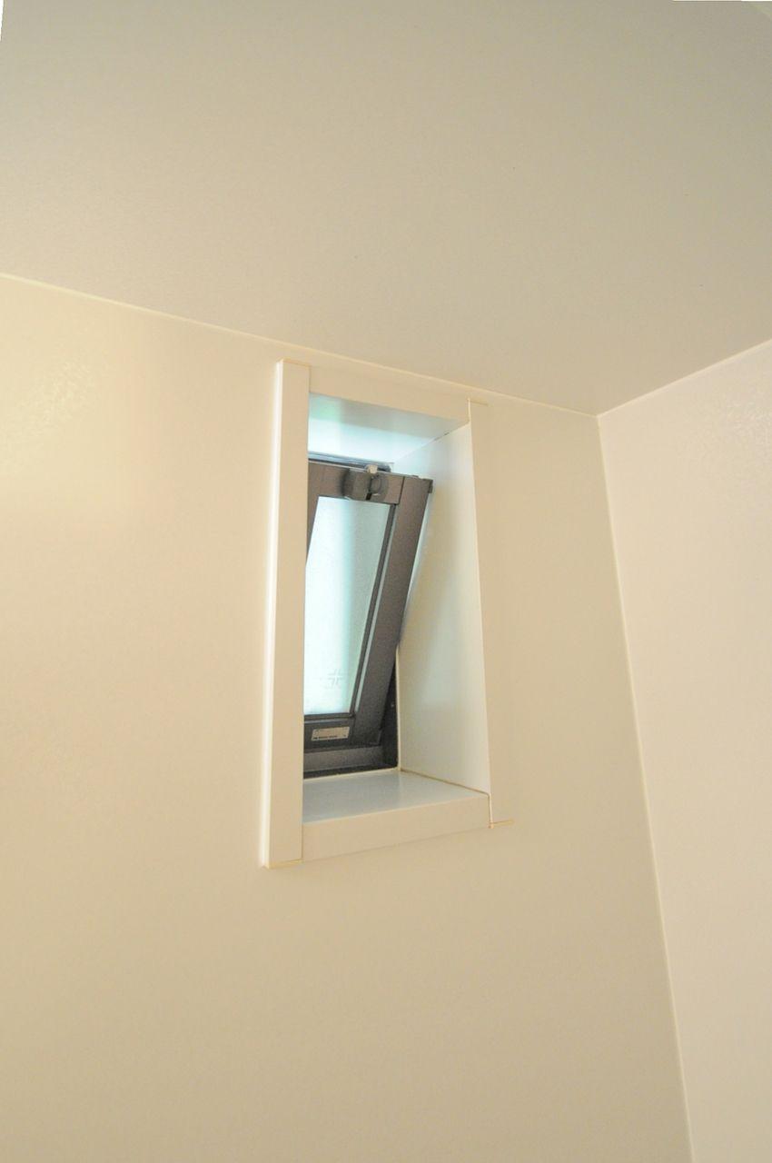 浴室窓でしっかり換気!カビ対策にもなりますし、なにより圧迫感がないのがいいですよね♪
