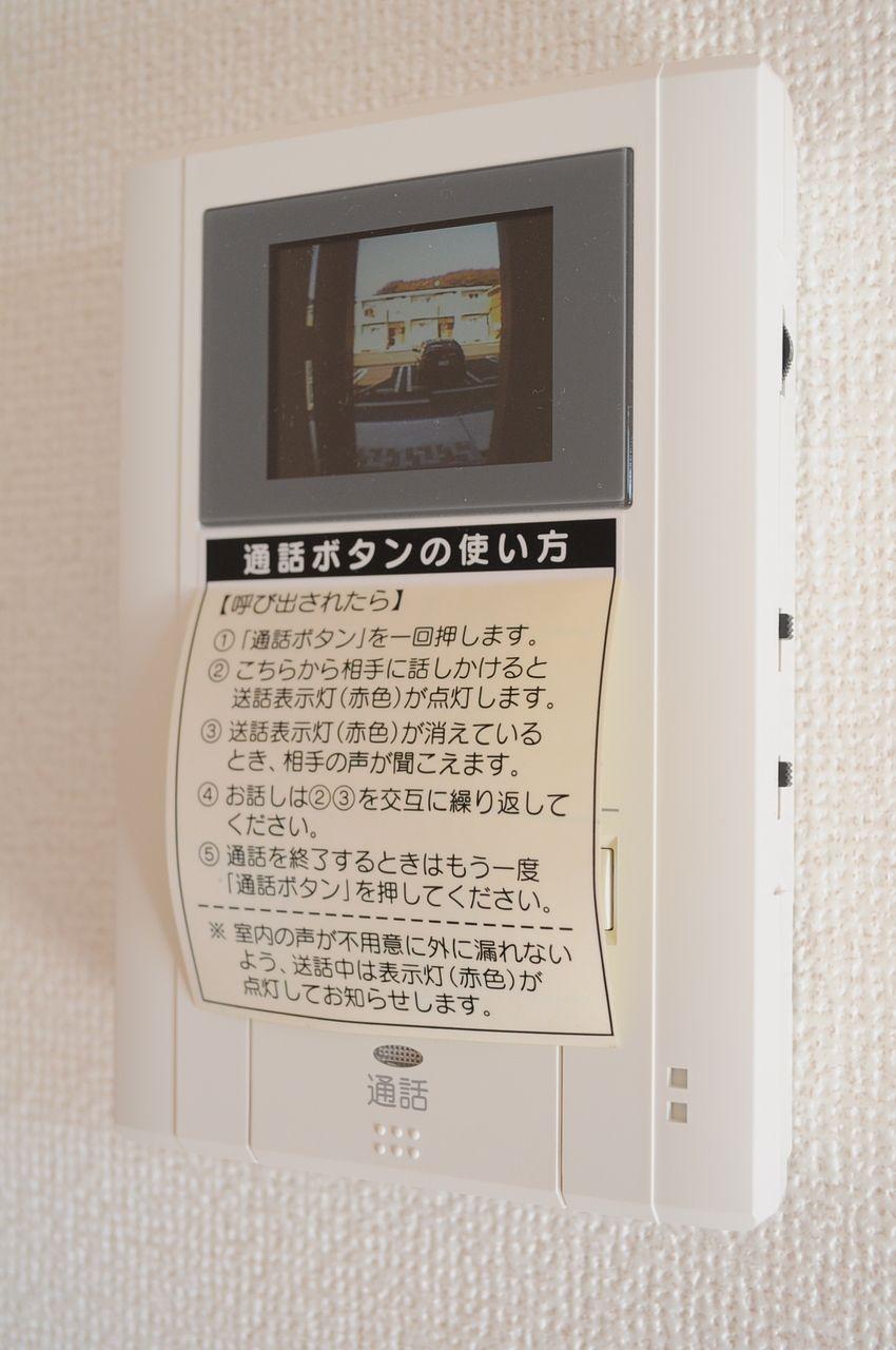 玄関ドアを開ける前にまず要件をしっかり確認しましょう!カラーモニターホンを使うだけでも防犯対策になります。