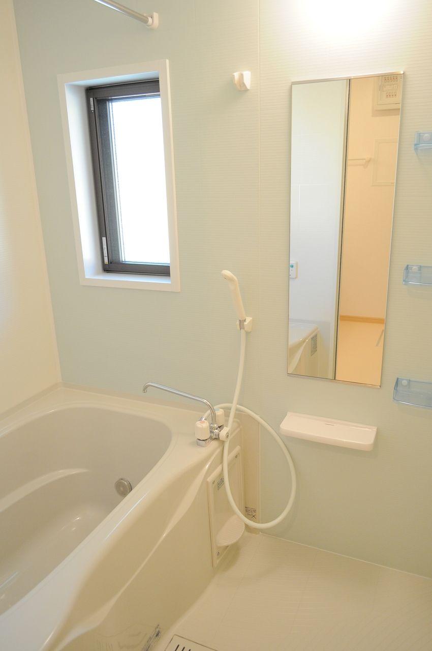 浴室窓、追い焚き、浴室乾燥機・・と便利な設備がぎっしりな浴室です!一日の疲れをここで癒やしてください。