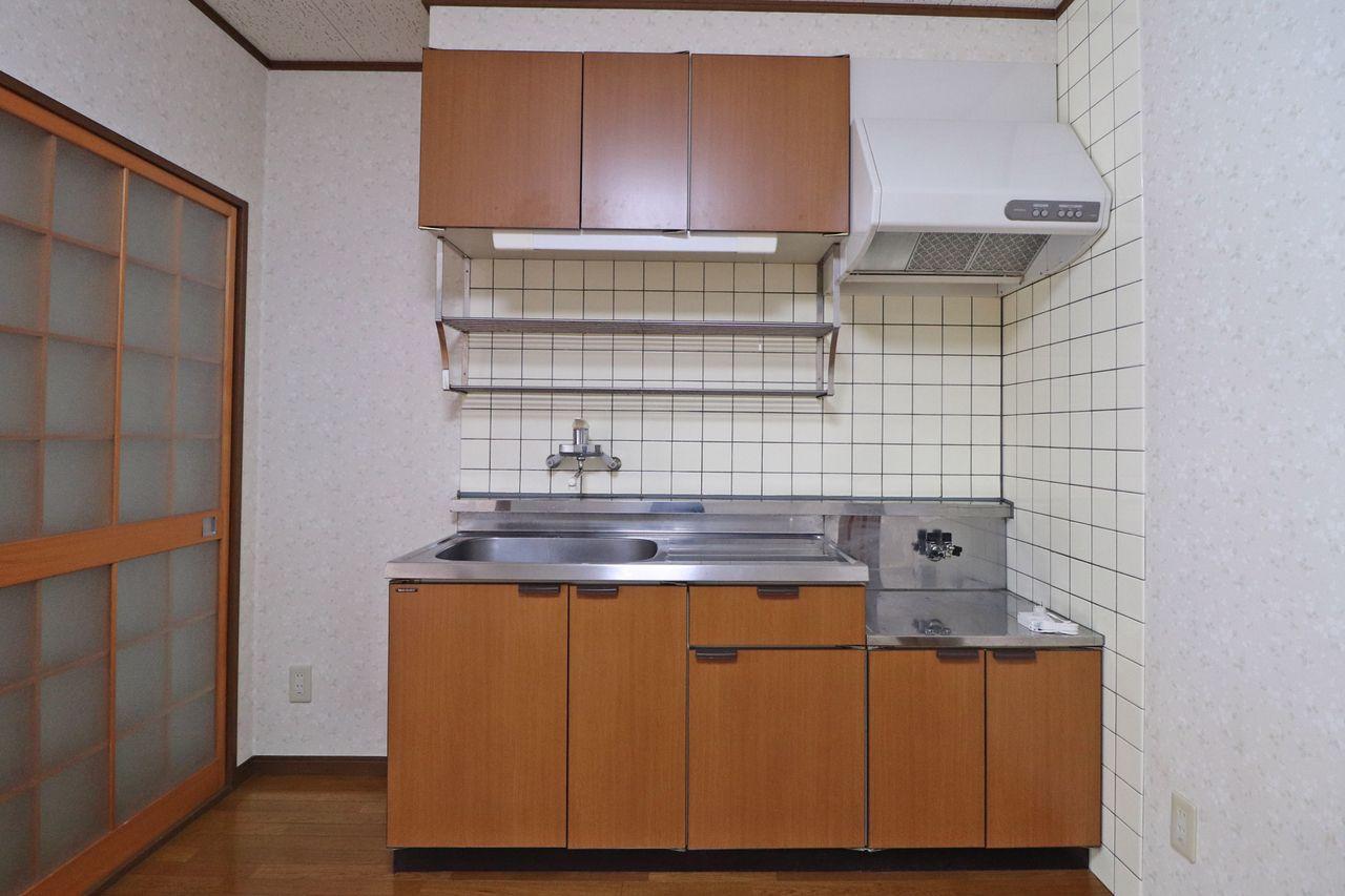 ひとり暮らしにピッタリサイズのキッチン。便利な水切り棚もついています。