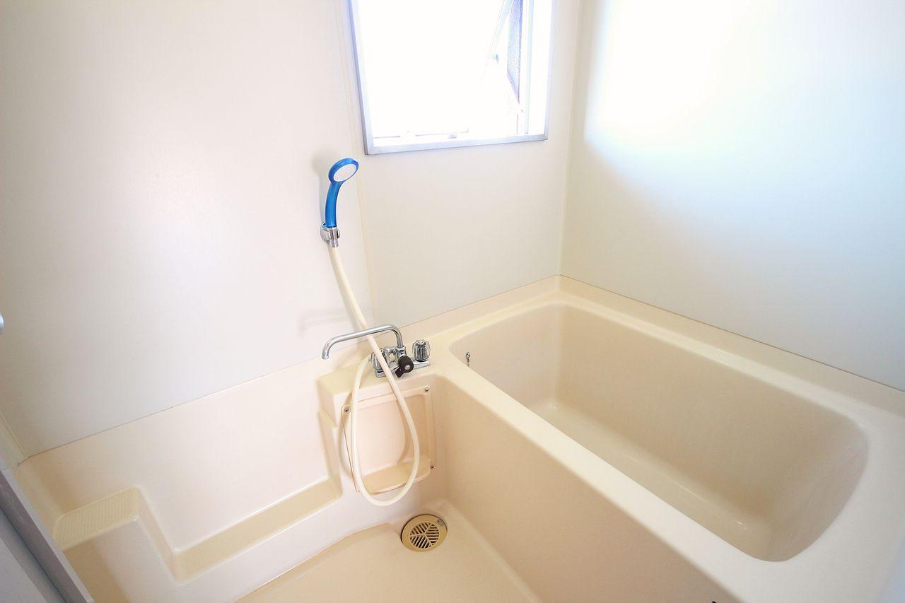 換気力バツグンの浴室窓付き!カビ予防にもなりますし、なにより閉塞感がありません♪