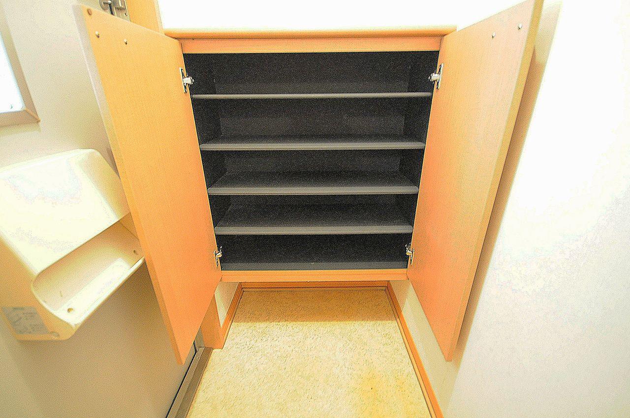 備え付けのシューズボックスがありますので、玄関が靴で溢れることがありません。
