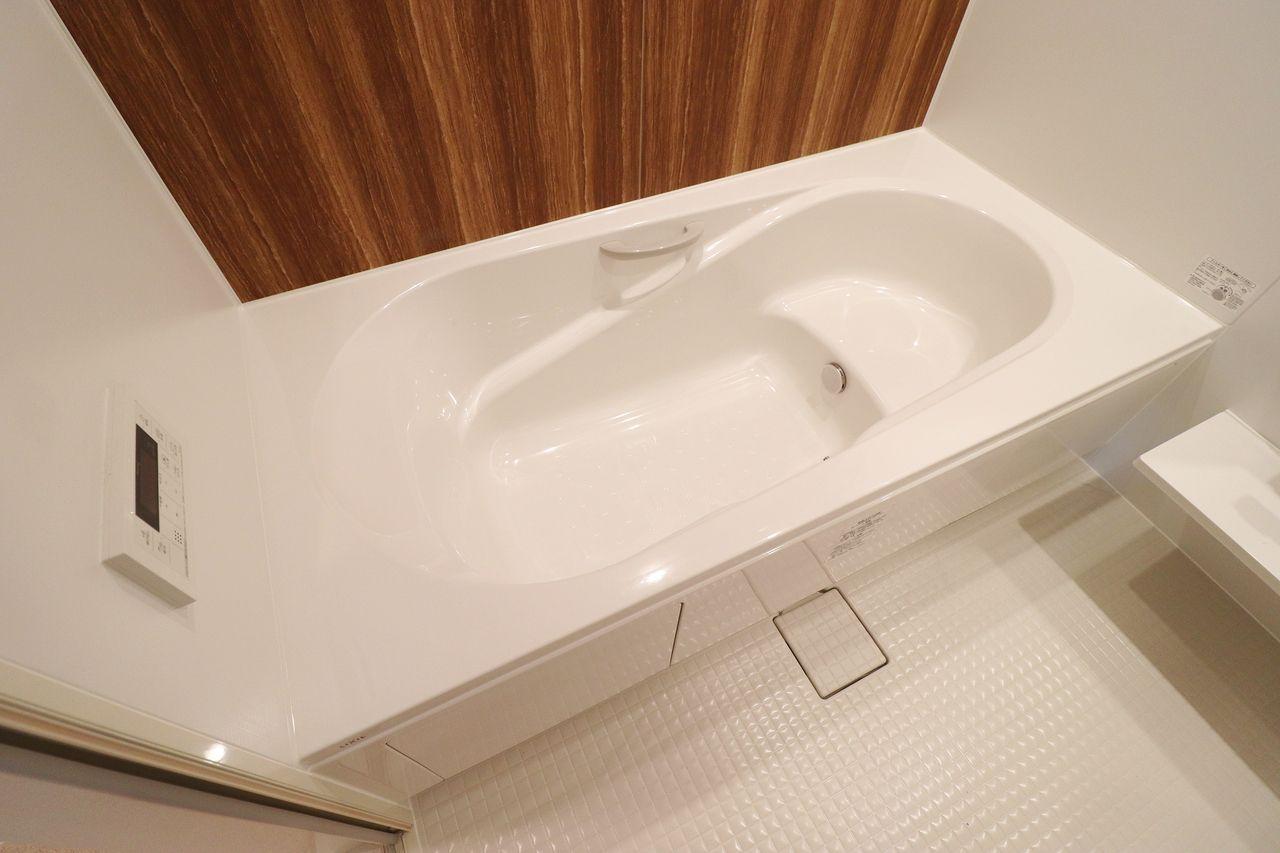 ゆったりと1日の疲れを癒せる一坪風呂が付いています。体育座りでじゃなく、足を伸ばして入れますよ。