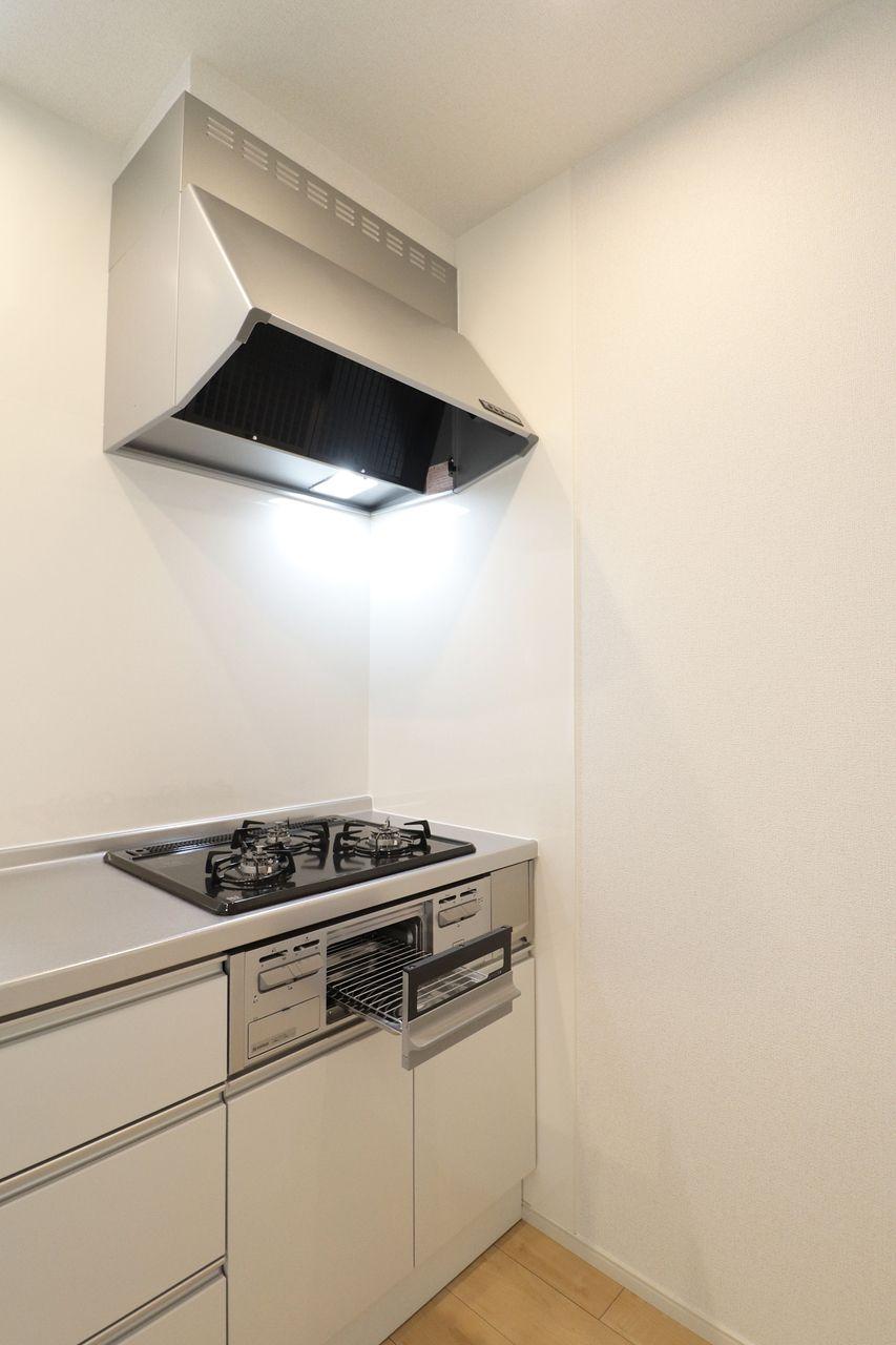 カウンターだけじゃなく、3口のガスコンロ付きのカウンターシステムキッチンです。ピカピカなキッチンで、お料理も楽しくなりそう♪