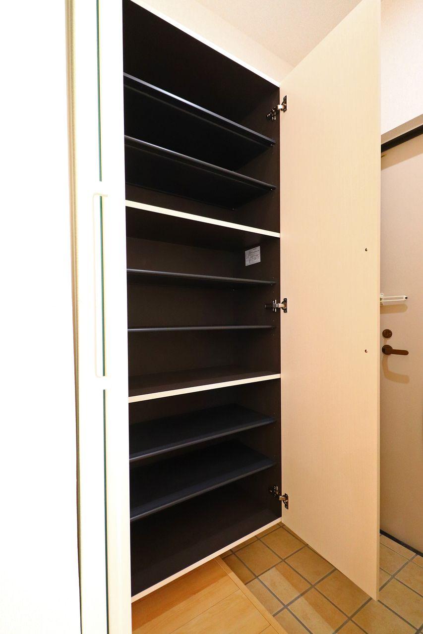 もちろんついてますよ、シューズボックス。靴好きさんには必須の設備です!玄関もごちゃごちゃしません。