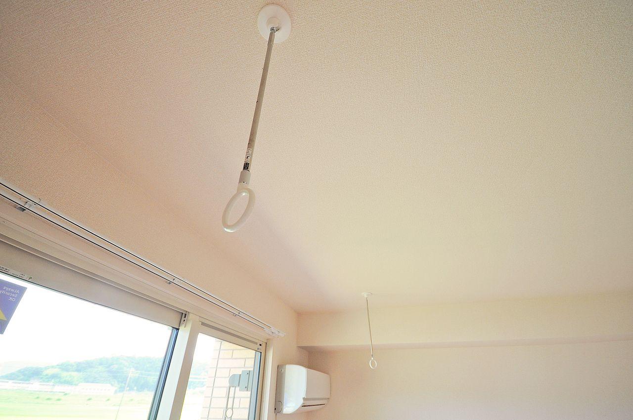 雨の日や風の強い日に役立つ室内物干し。花粉の多い時期にも重宝しますよ。 浴室乾燥機もしっかり付いてます!