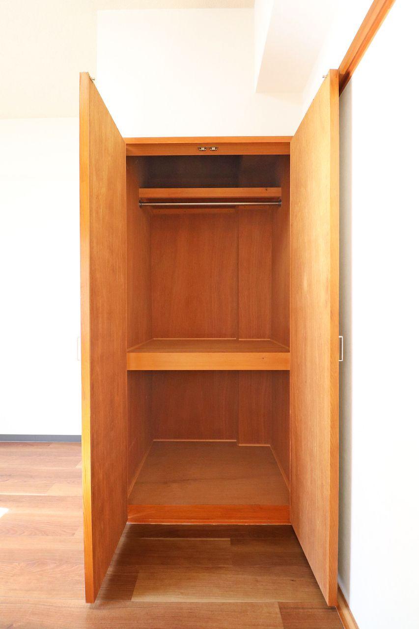 ハンガーにかけて大切なお洋服を収納することができます。下段には引き出しや棚を置いたりするといいかもしれませんね♪