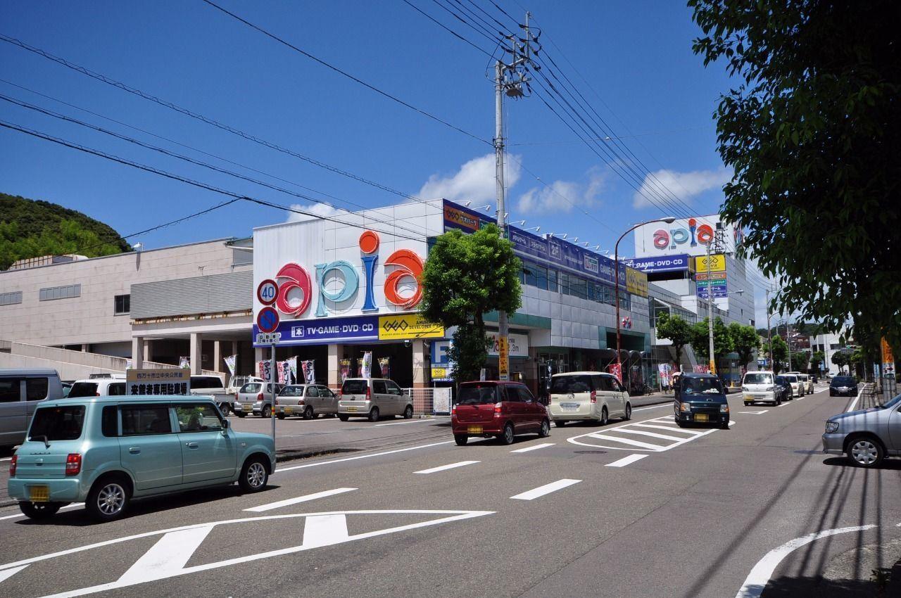 最寄のスーパーがアピアさつきです。徒歩10分の距離。テナントには映画や漫画を借りられるゲオもあります。