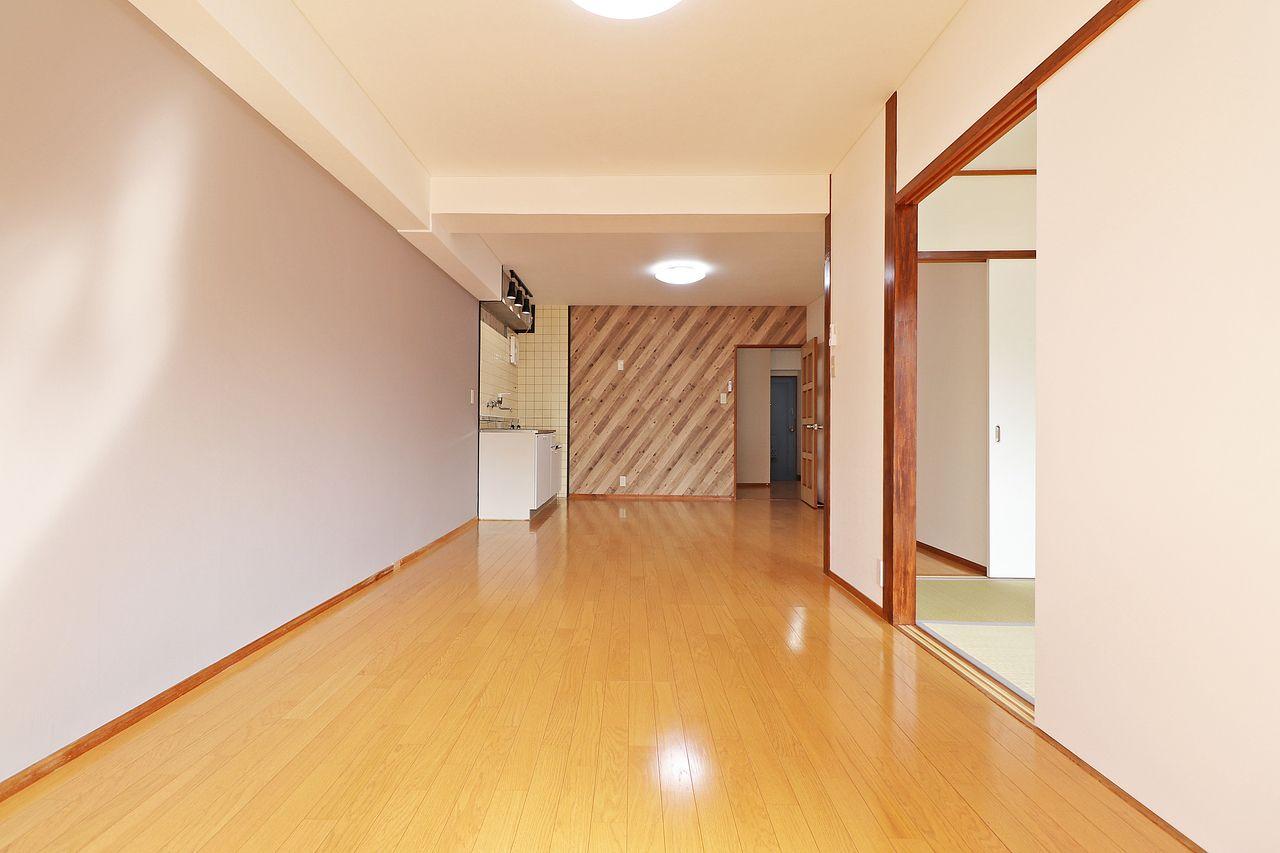 元々3DKのお部屋。南側の部屋とDKを繋げたことで、レイアウトしやすい広いリビングが出来上がりました。