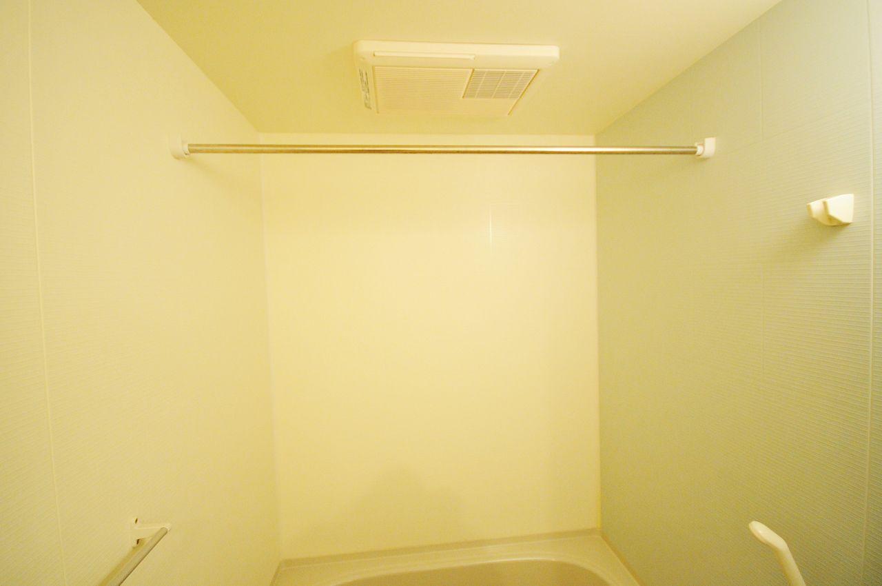 浴室利用後の蒸気をすばやく解消することができ、イヤなにおいやカビを防止するのに役立ちます。さらに、洗濯物を吊しておけばいつでも乾かすことができます。
