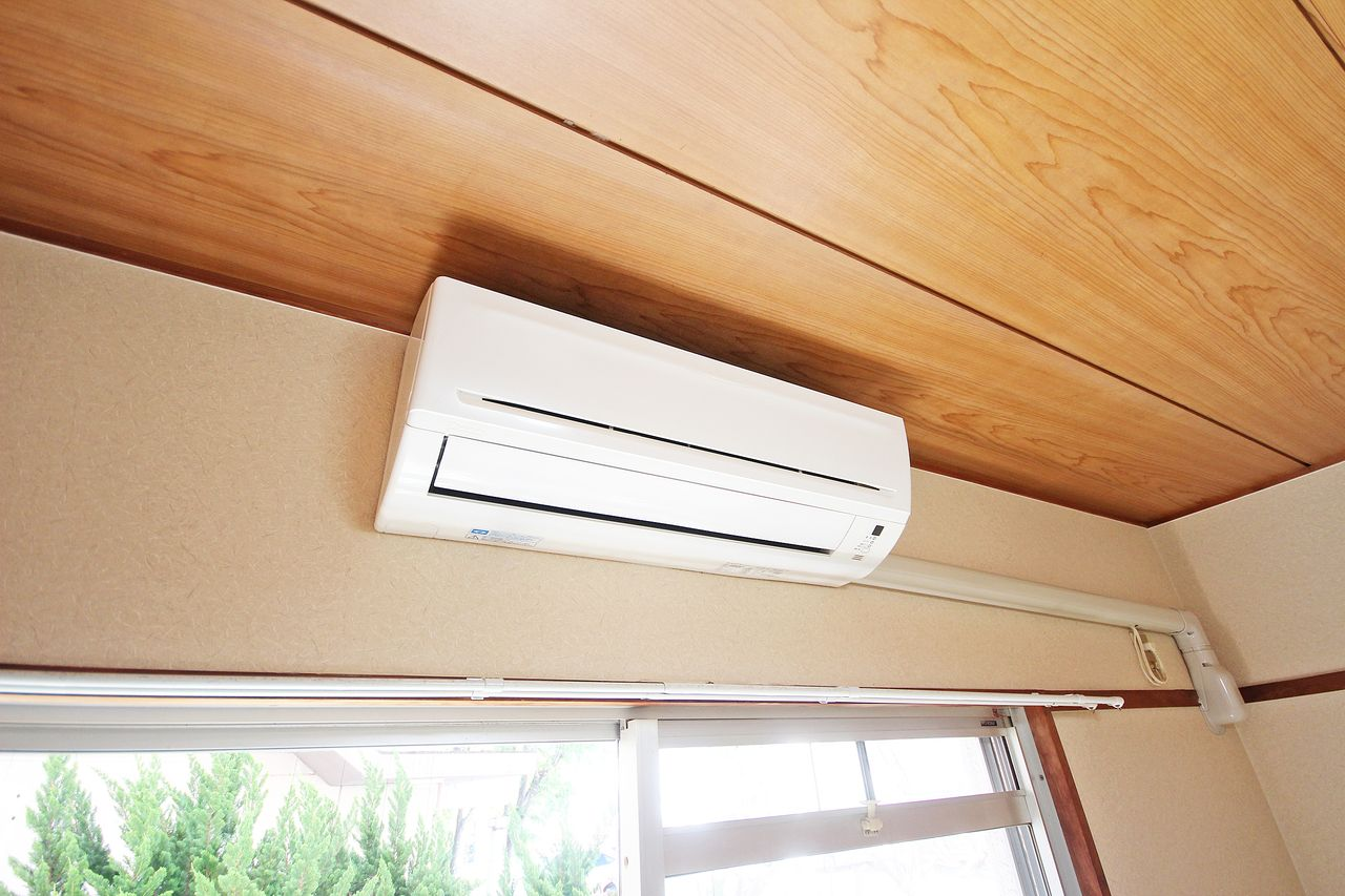 6畳の和室にエアコンが付いています。アツ~イ夏はエアコンを付けて和室でゴロゴロ・・なんてのもいいですよね。