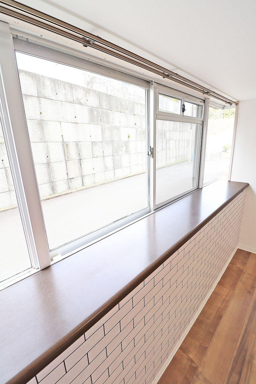 角部屋の為、窓が通常より1面分多くなっています。採光・換気どちらも捗ります。出窓部分に物を置いたりできるスペースあるのも嬉しいところです。