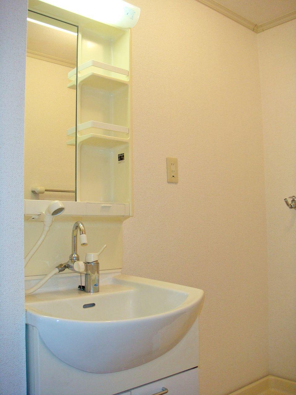 寝癖直し、洗面台の掃除の際に大活躍するハンドシャワー付き洗面台です。