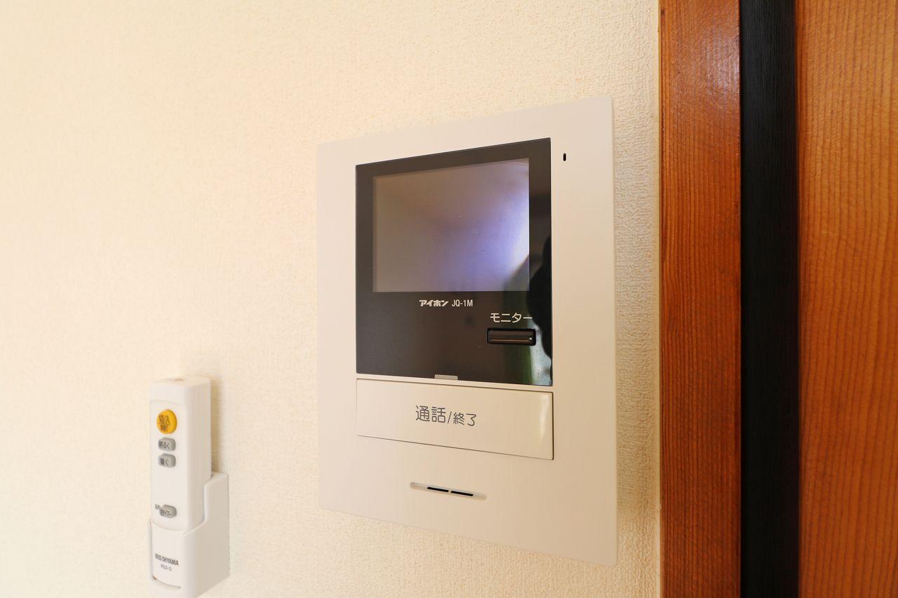 ちょっと心配な一人暮らしもカラーモニターホンがあるだけでググっと防犯性が高まります。