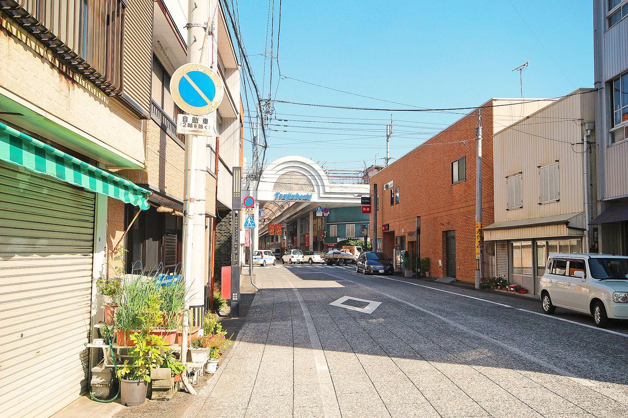 目の前の道をまっすぐ歩くと天神橋商店街。コンビニも飲食店もスーパーもあるので、非常に便利。