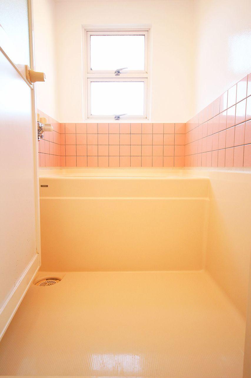 浴室窓が付いています!カビ対策にもなりますし、なにより圧迫感がないのがいいですよね♪