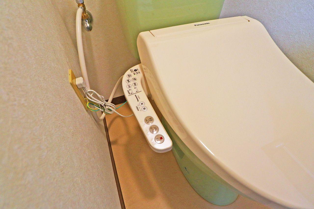 人気のウォシュレット付きトイレです。お尻をいつも清潔に保ってくれるアイテムです♪