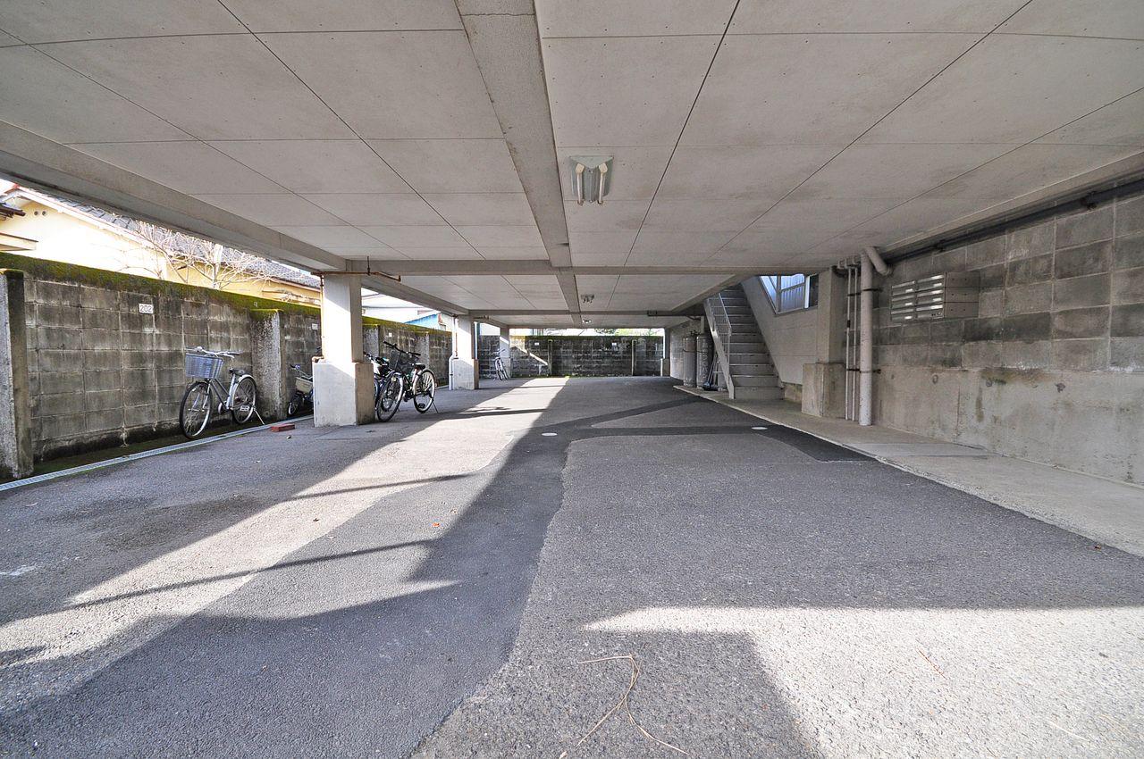 建物下が駐車場。高さがある車は駐車ができないので、その場合には徒歩2分(約100m)の外部駐車場をご用意しています。
