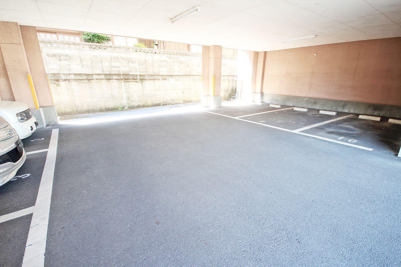 建物下の駐車場は愛車を守る最強の砦。洗車が嫌なら汚れなければいいのです。