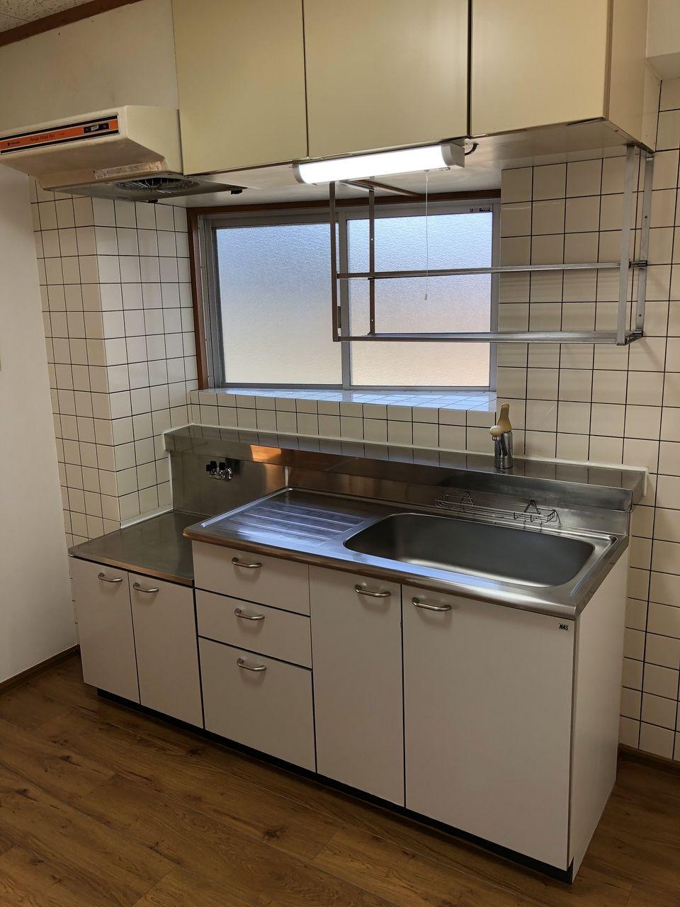 キッチン前には換気力バツグンの窓があります。昼間は外の明かりを取り込んで自然な明るさにしてくれるので、節電にも◎