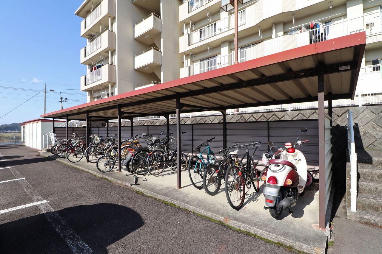 建物前に自転車やバイクをお持ちの方に嬉しい駐輪場があります。 雨ざらしにならないのがいいですよね。