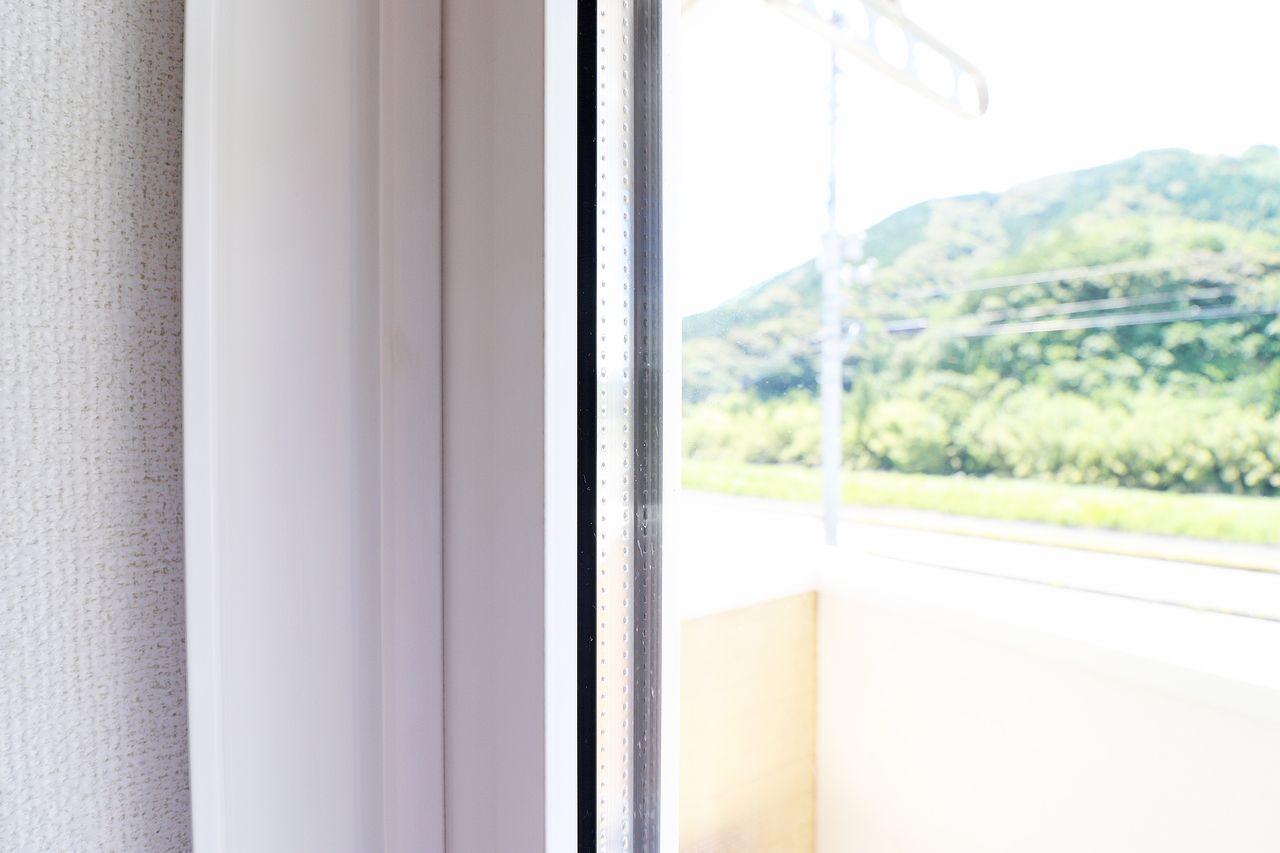 断熱性能の高いペアガラス。全面の道路からの騒音も結構遮ってくれてますよ。