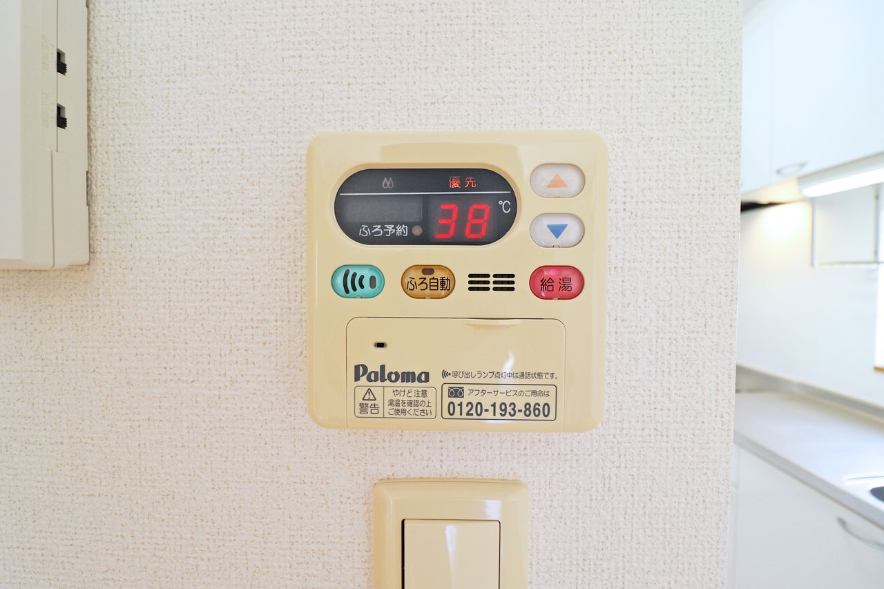 追い焚き可能な給湯器。浴室内にもリモコンがあって使い勝手もいいですね。