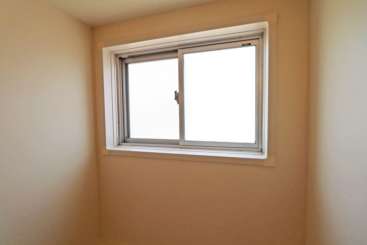 浴室だけでなく、すべての部屋に窓があります。換気だけでなく流れる時間を切り取ってくれるアイテムの一つ。