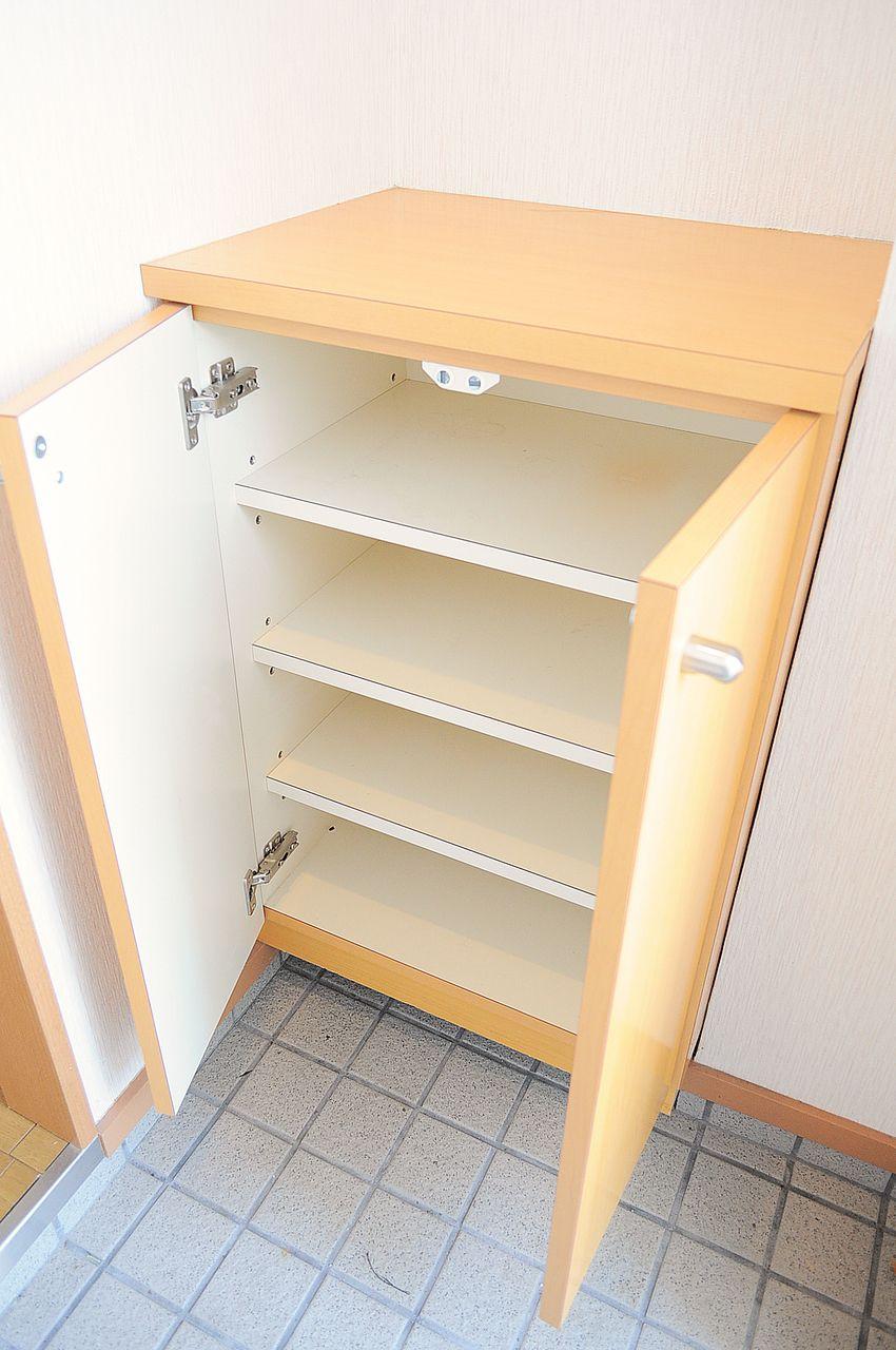 1人暮らしにはピッタリサイズのシューズボックス。棚の上には鍵置き場など作るといいですね。