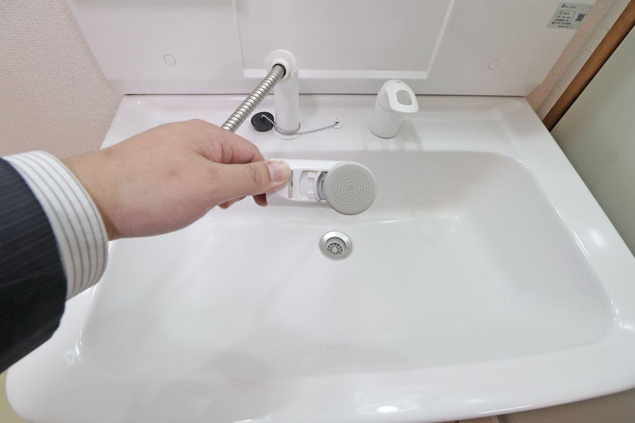 眠気覚まし・寝癖直しと、朝からしゃきっとさせてくれるシャワー式の洗面台です。
