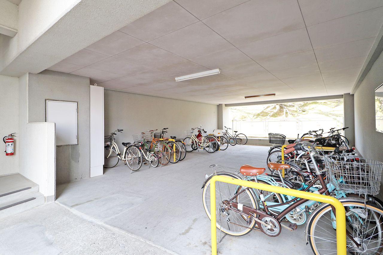 建物内には広い駐輪場があります。雨ざらしにならず大切に自転車を保管できます(*´ω`*)