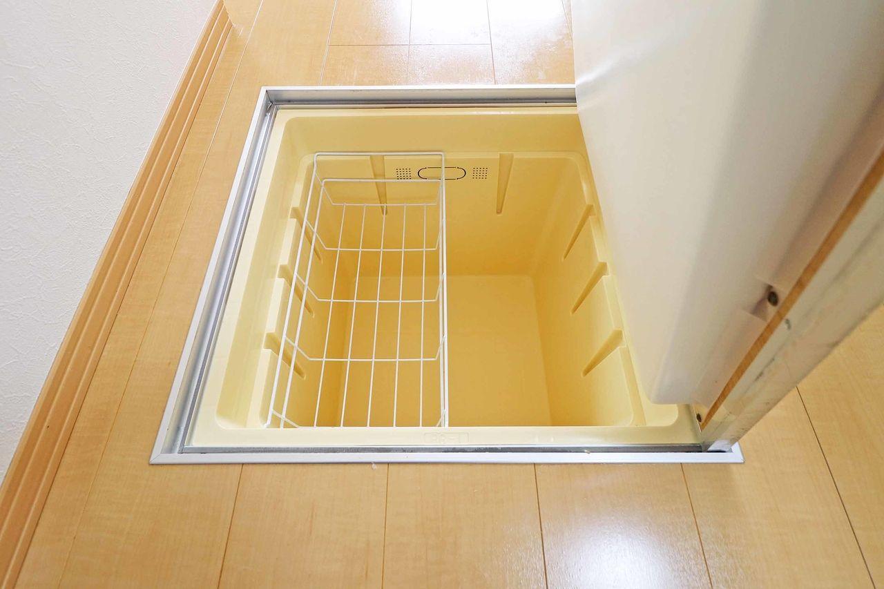床下収納が備わっています。非常食などの防災用のものを保管したり暗所での保管を推奨されている食品や調味料を保存できます。