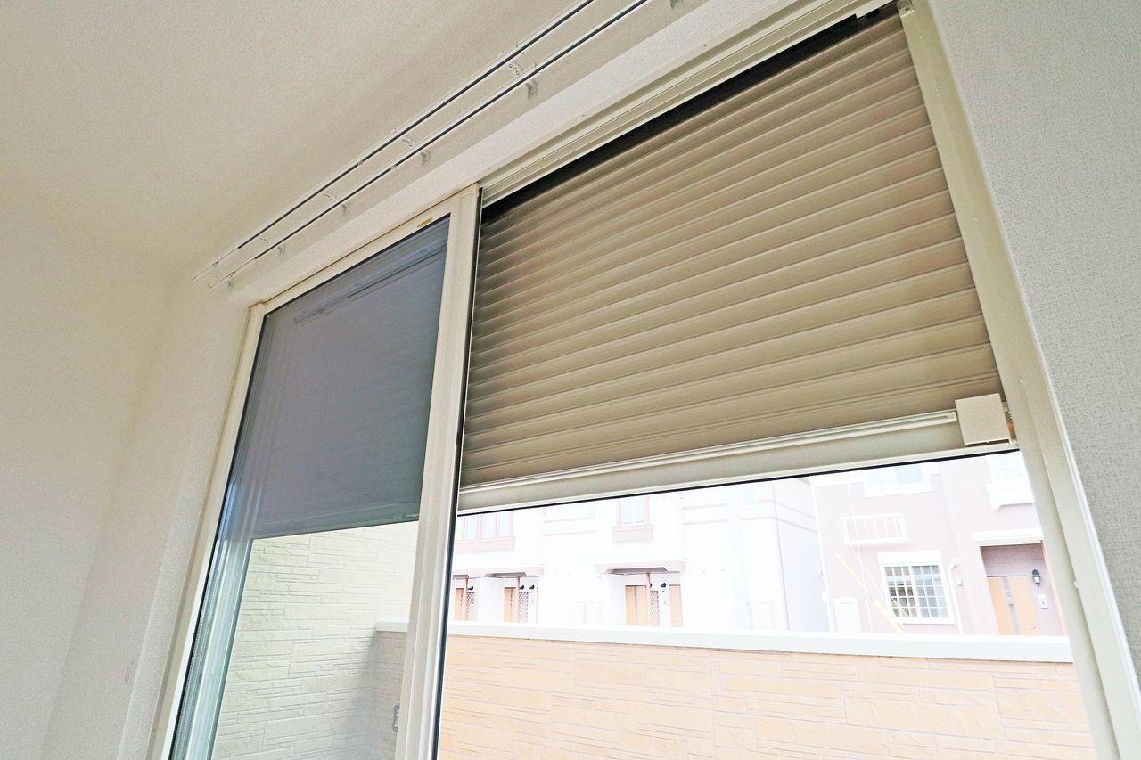 軽い力で開け閉めできる便利なシャッター雨戸を装備。防音・防火にも優れています。