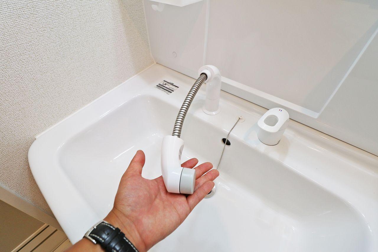 伸びるタイプのシャワ洗面台です。髪の毛のセットはもちろん、大きなボウルのお掃除も簡単にできちゃいます!