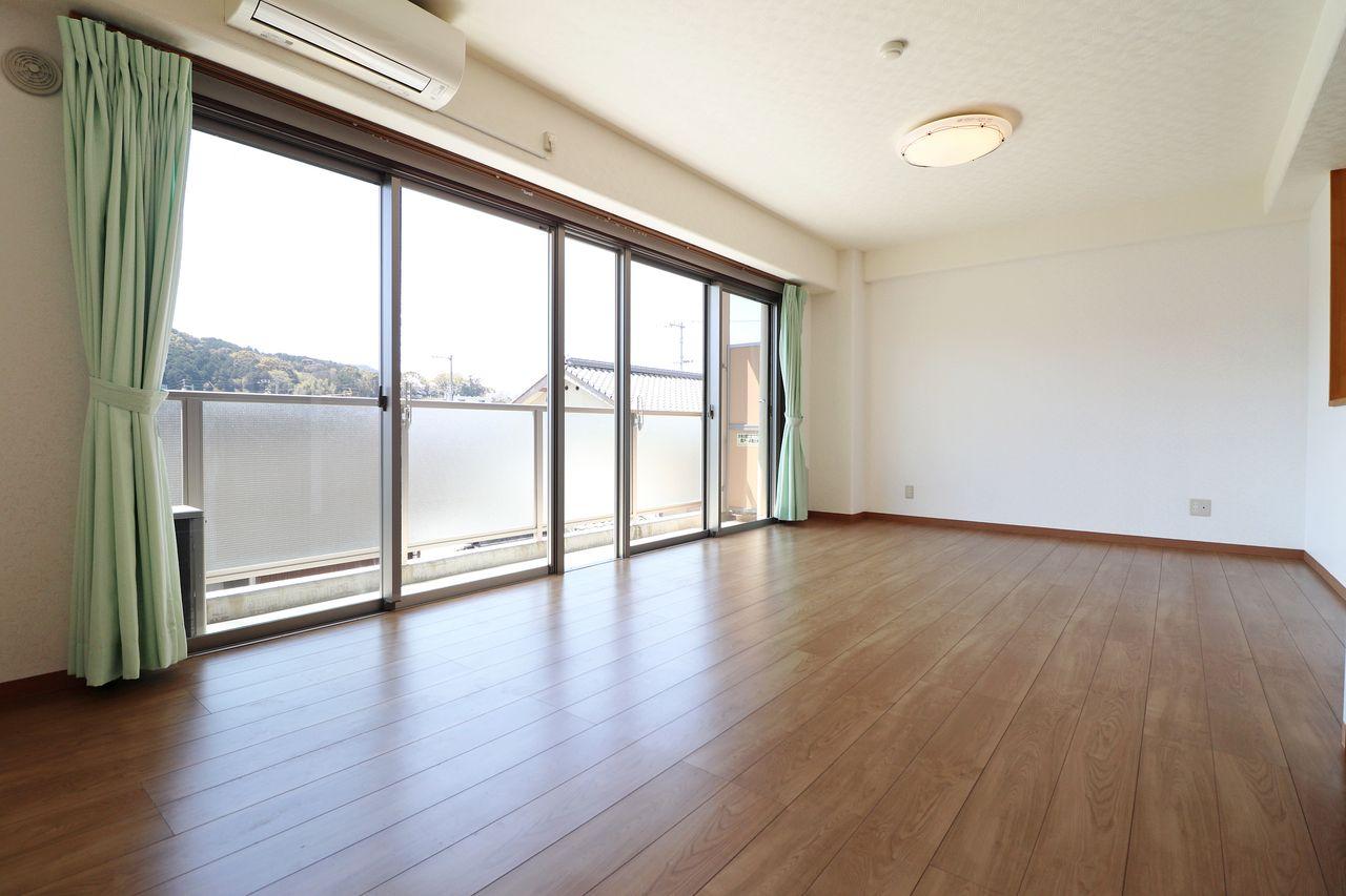 18畳の広々としたLDK!ほぼ一面に掃出し窓があり、日光もお部屋全体に入ってきてくれると思います♪