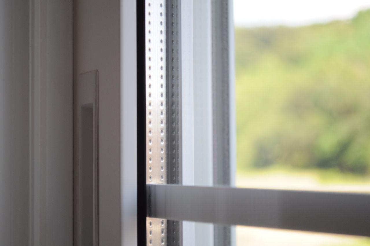 二層構造の窓ガラス。真冬でも暖房の温度を低めに設定したり、電力消費ピークの夏の昼間にエアコン使用を控えたり…といった