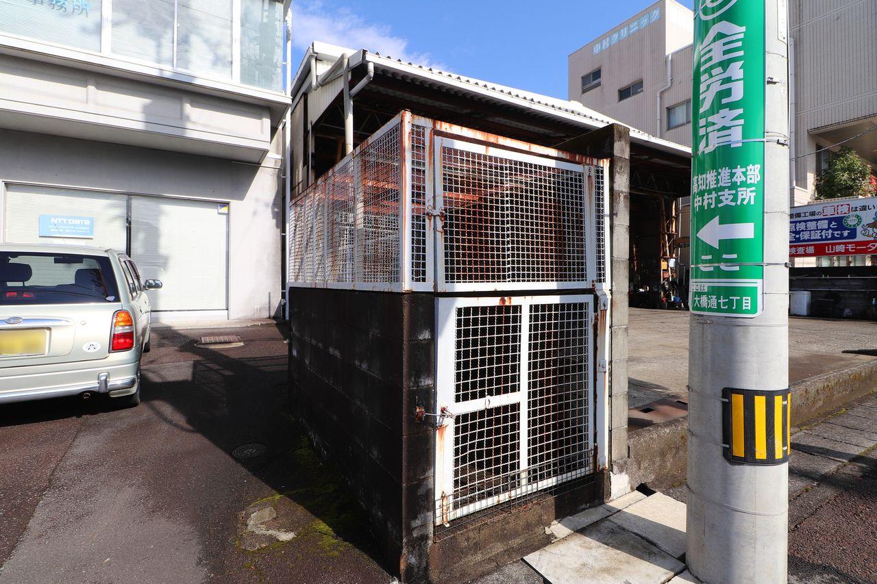 建物前にあり、出勤前に出していただけます。動物に荒らされる心配も無し!