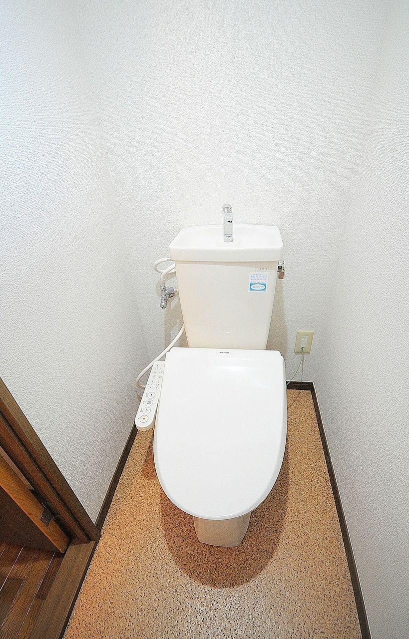 今や必須のウォシュレット付きトイレです!上には棚もあるのでトイレットペーパーのストック置き場に☆