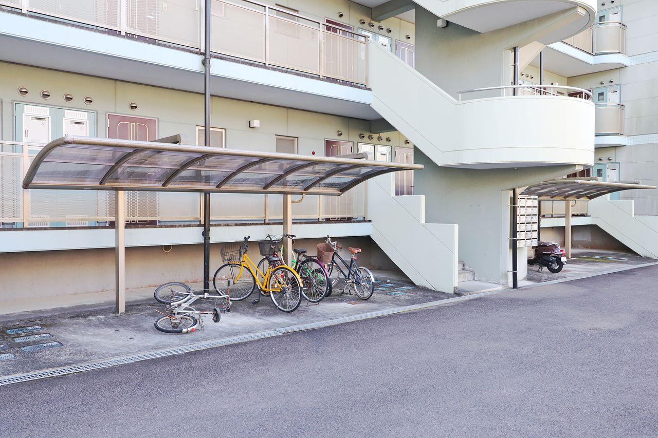 オシャレな屋根付きの駐輪場が2ヶ所。運動や節約の為にも自転車の購入を検討してみてはいかがでしょう?