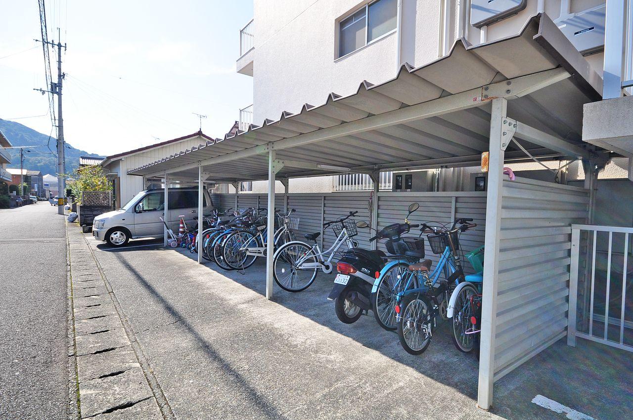 大切な自転車を雨による錆から守ってくれる屋根付駐輪場です。